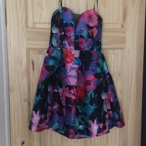 Dresses & Skirts - Beautiful heart cupped floral flare dress